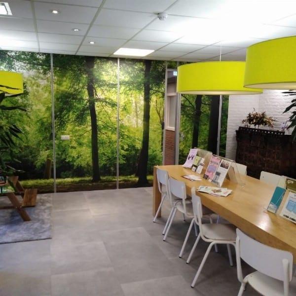 Praktijkruimte goed bereikbaar met het OV, beschikt over parkeerplekken, een ruime wachtkamer en keuken en toiletten.